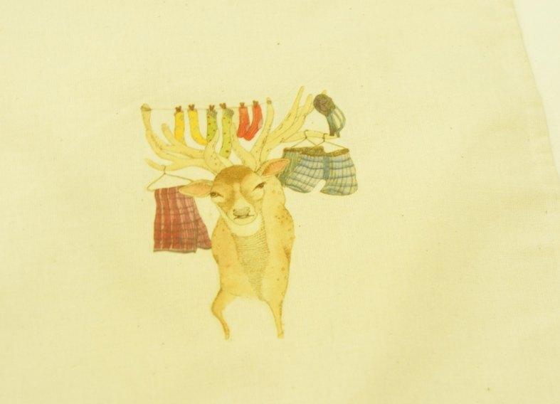 联络设计师 商品说明: 以台湾特有动物-梅花鹿为主题的小束口袋.
