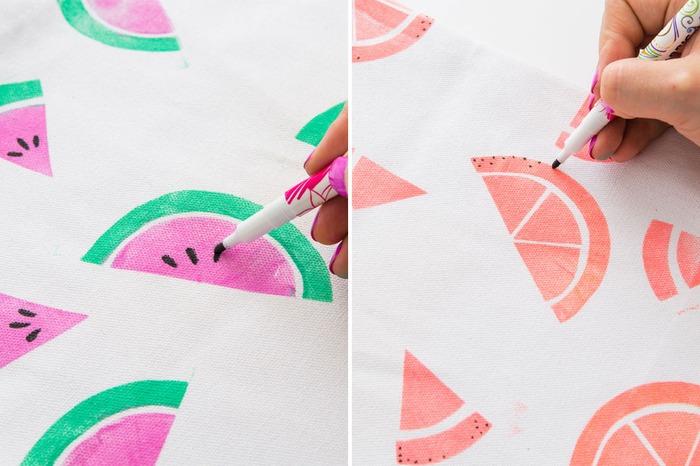 用布料彩绘笔画上黑色的西瓜籽~-DIY 自己的托特包 30 分钟印制你最喜