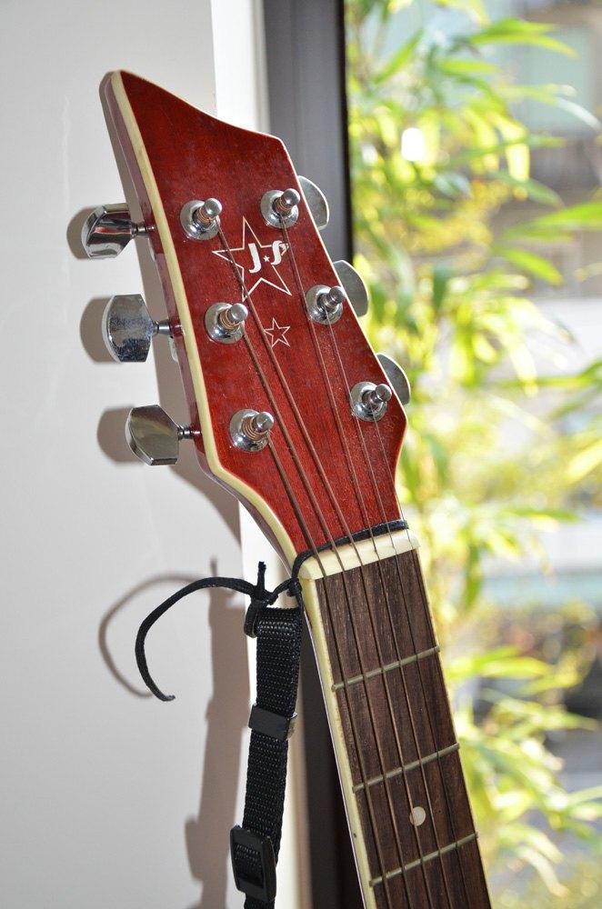 (图示中下方黑色织带为1.2cm,制作时吉他背带下方黑色织带以更改