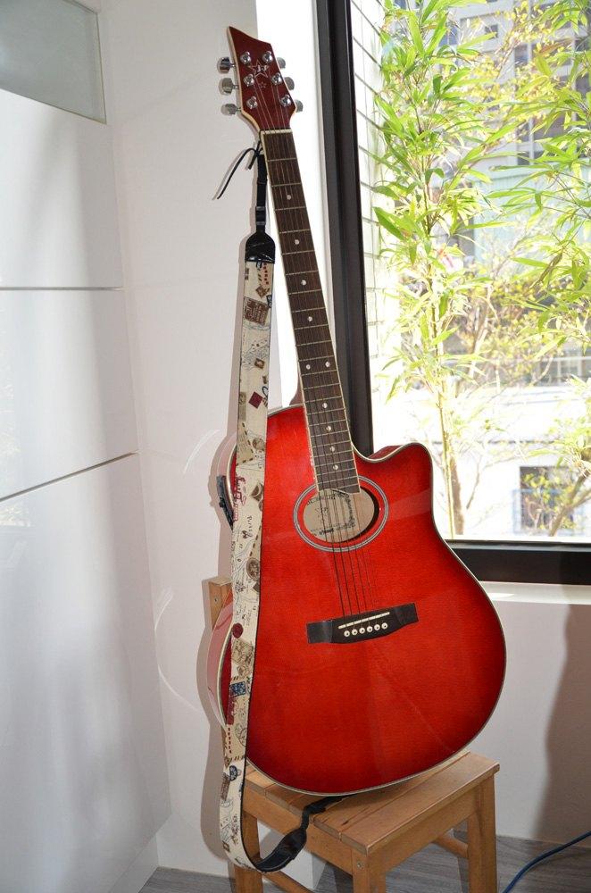 下,像这种图上吉他背带上挂的小音箱叫什么名字 就是插在吉他里