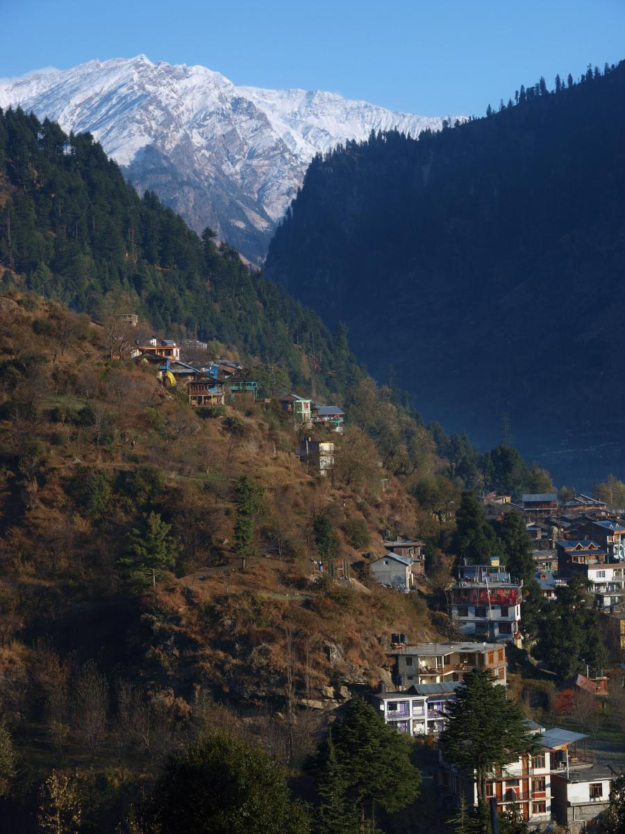 Manali_hillside_and_the_view_of_Himalayas.jpg