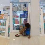 Bocah Ini Menangis Minta dibelikan Kondom kepada Ibunya