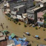 Aktifitas Warga Terganggu Akibat Banjir di Kabupaten Bandung