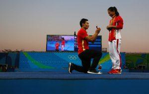 He Zi  นักกีฬาชาวจีนได้รับการขอแต่งงานพร้อมกับเหรียญเงินในการแข่งขันด้วย