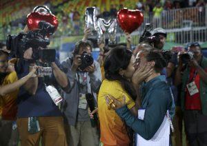 Isadora Cerullo นักกีฬารักบี้หญิง และ Marjorie Enya ผู้จัดการทีม ซึ่งประกาศขอแต่งงานเธอระหว่างพิธีมอบเหรียญรางวัล
