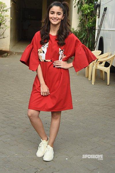 Alia Bhatt in her red dress at the Dear Zindagi promotions.jpg