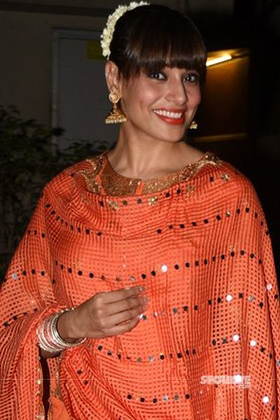 Bipasha Basu at a diwali celebration close up.jpg