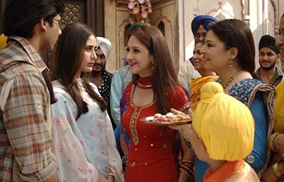 Kareena , Shahid and her family in Jab We met.jpg