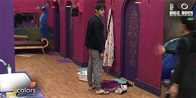 Priyanka Jagga makes Rohan wash her clothes Bigg Boss 10.jpg