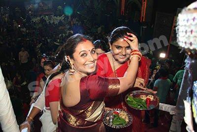 Rani Mukerji at  sindoor khela ceremony.jpg