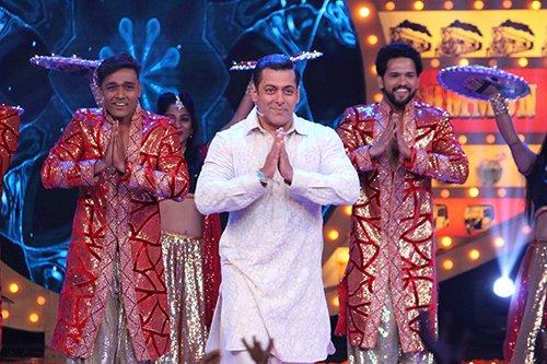 Salman Khan does a Prem Ratan Dhan Payo in Bigg Boss 10.jpg