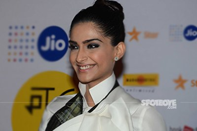 Sonam Kapoor at Jio MAMI film festival.jpg