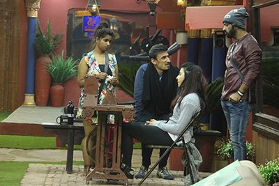 VJ Bani peddling the machine with Rahul Dev, Lokesh and Manveer for company - Bigg Boss 10.jpg