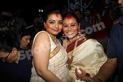 Vaibhavi Merchant  and Rani Mukerji at  sindoor khela ceremony.jpg