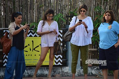 Zoya, Gauri ond others at SRK Bash In Alibaug.jpg