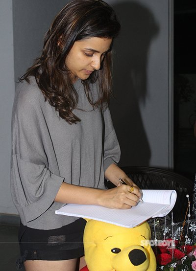 parineeti signs for fans.jpg