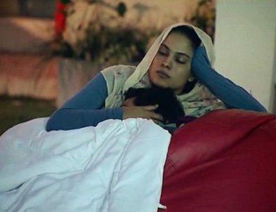 veena-malik-cuddling-and-caressing-ashmit-patel-BIGG-BOSS.jpg