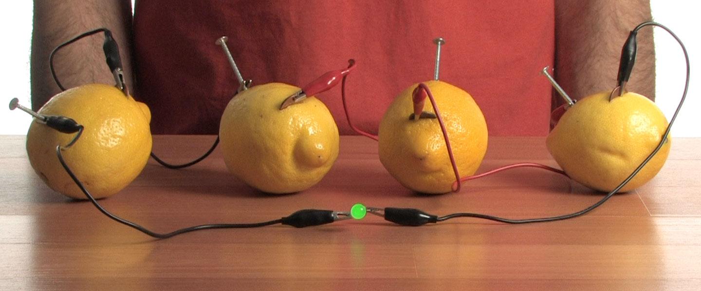 电池研发的灵感源自柠檬发电实验,原理是利用胃酸驱动电路.