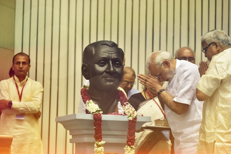 دیندیال اپادھیائے کو خراج عقیدت پیش کرتے ہوئے وزیر اعظم مودی (فائل فوٹو : وکی میڈیا کامنس)
