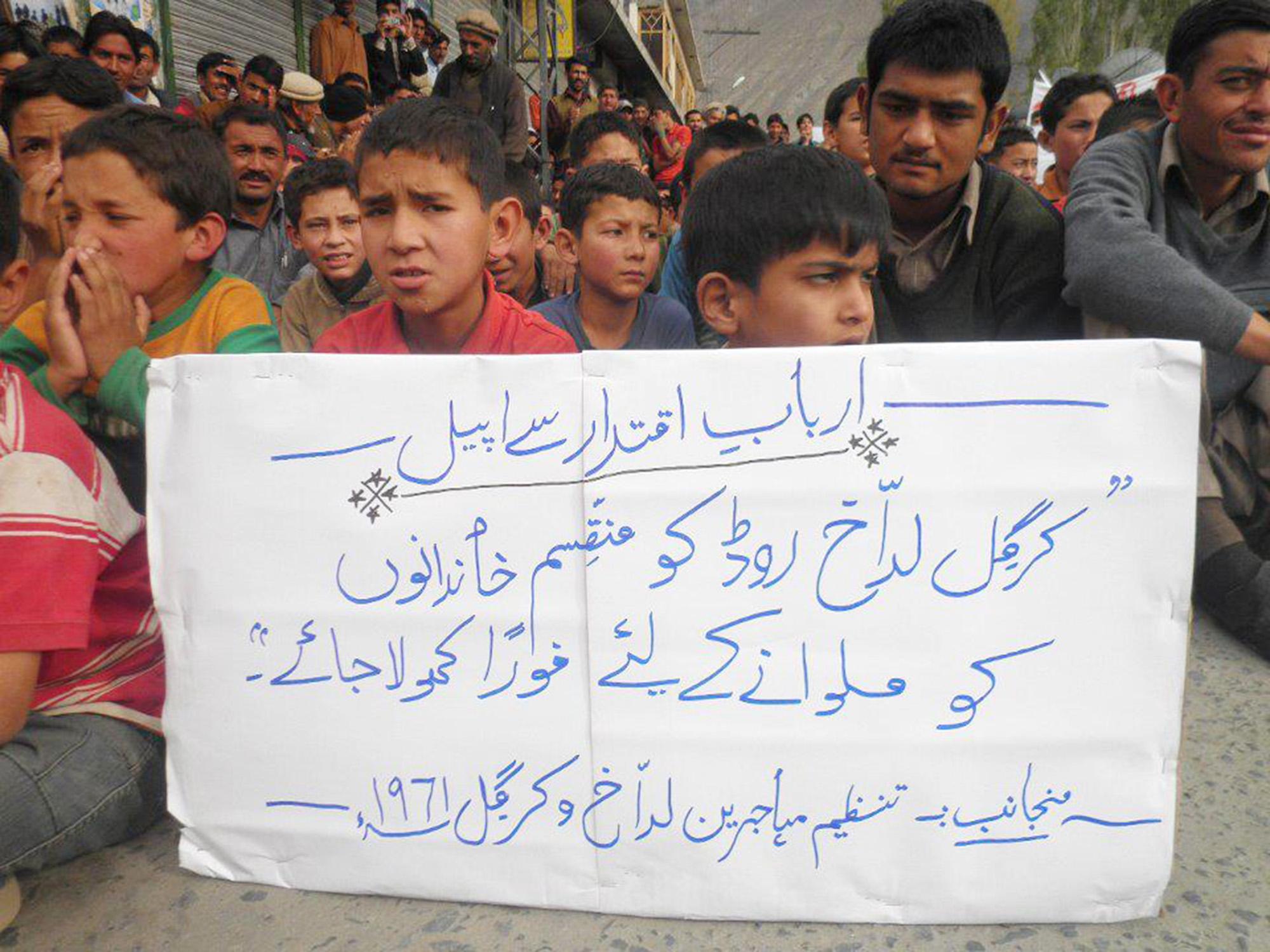 کرگل لداخ کے مہاجرین سکردو میں احتجاج کرتے ہوئے