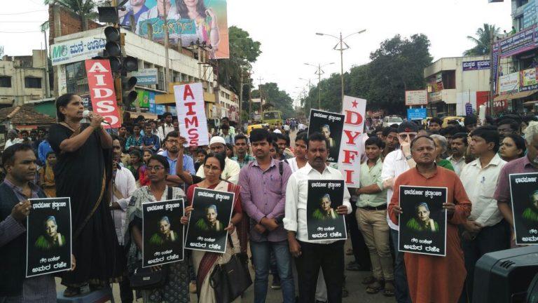 کرناٹک کے دھارواڑ میں گوری لنکیش کے قتل کی مخالفت میں مظاہرہ (فوٹو :کےایچ پاٹل / دی وائر)