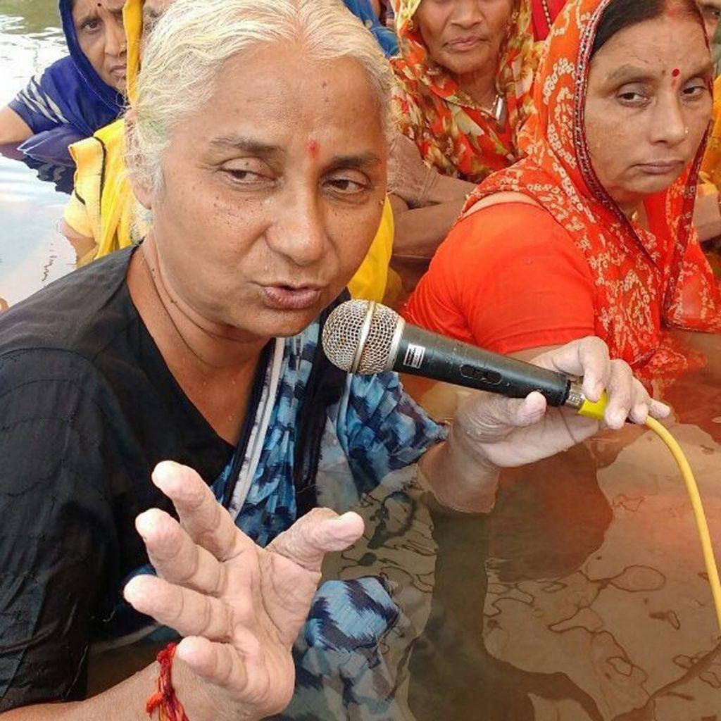 سماجی کارکن میدھا پاٹکر کے ساتھ سیکڑوں لوگ مدھیہ پردیش کی بڑوانی ضلعے کا چھوٹا باڑدا گاؤں میں سردار سروور باندھکے بےگھروں کی مناسب بازآبادکاری کی مانگ کو لےکر نرمدا میں جل ستیہ گرہ کر رہے ہیں۔ فوٹو : پی ٹی آئی
