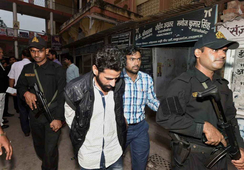 Lucknow: Suspected ISIS Terrorist Abu Zaid, arrested in Mumbai by the ATS, being produced in a local court in Lucknow on Tuesday. PTI Photo by Nand Kumar (PTI11_7_2017_000172B)