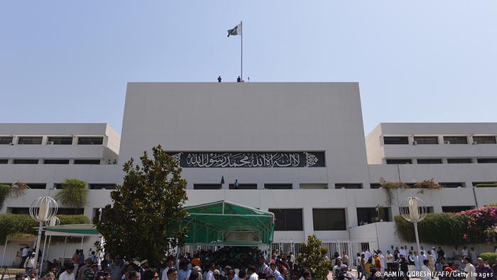 پاکستانی پارلیمان کے ایوان بالا میں آرمی چیف نے ایک گھنٹے بریفنگ دی اور اس کے بعد تین گھنٹے سوالات ہوئے