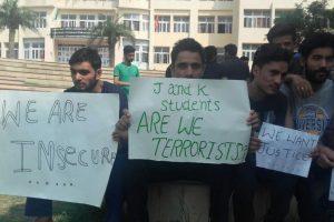 فائل فوٹو :  گنگا انسٹی ٹیوٹ آف ٹیکنالوجی اینڈ منیجمنٹ میں 6 کشمیری طلبا کی پٹائی کے بعد احتجاج کرتے کشمیری طلبہ