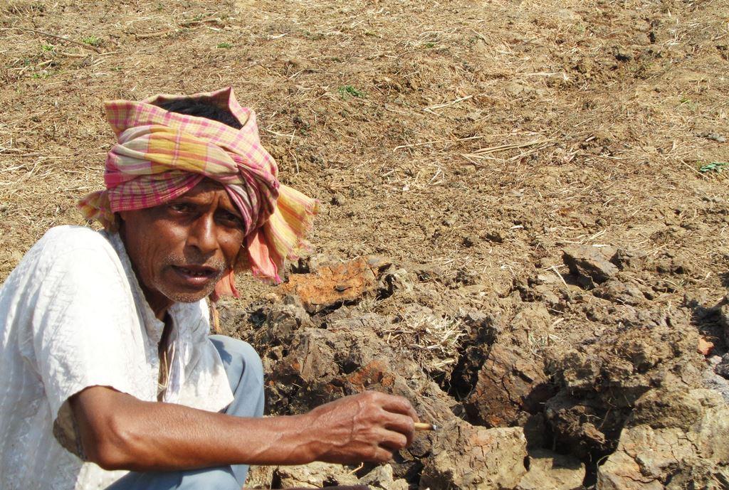 نینو پلانٹ کے لئے اردھیندو شیکھر داس سے زبردستی ڈھائی بیگھا زمین لے لی گئی تھی۔ ان کی زمین اب زراعت کے لائق نہیں رہ گئی ہے۔ ابھی وہ زمین کے اندر سے اینٹ پتھر ہٹانے کا کام کر رہے ہیں۔
