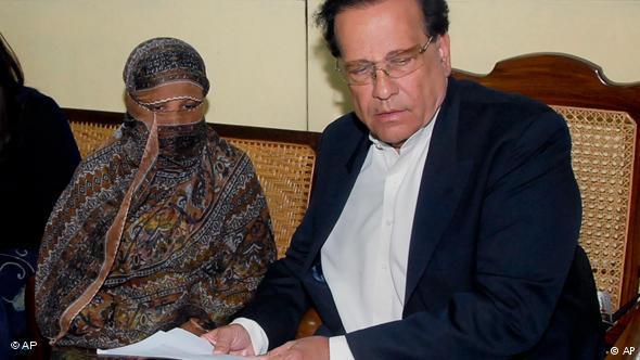 پاکستانی صوبہ پنجاب کے گورنر سلمان تاثیر آسیہ بی بی کے ساتھ۔ سلمان تاثیر کو انہی کے ایک محافظ ممتاز قادری نے قتل کر دیا تھا