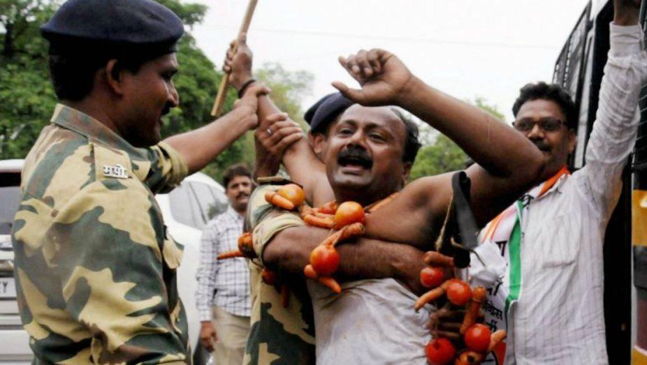 ستمبر 2017 میں چھتیسگڑھ کے وزیراعلیٰرمن سنگھ کا گھیراؤ کرنے پہنچے آدیواسی کسانوں کو گرفتار کرتی پولیس