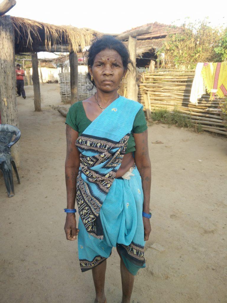 سکماری گاؤڈے کی 25 سالہ بیٹی کملا کو بھی پولیس نے خود سپردگی کے نام پر اٹھا لیا تھا۔ (فوٹو : سکنیا شانتا)