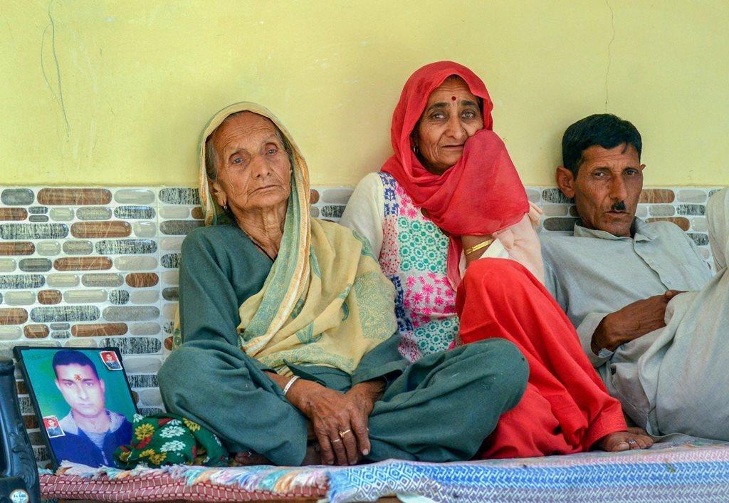 عراق میں مارے گئے 39 ہندوستانیوں میں سے ایک امن کے رشتہ دار ہماچل پردیش کے دھرم شالہ کے نزدیک پسّو گاؤں میں ۔ فوٹو : (فوٹو : پی ٹی آئی)