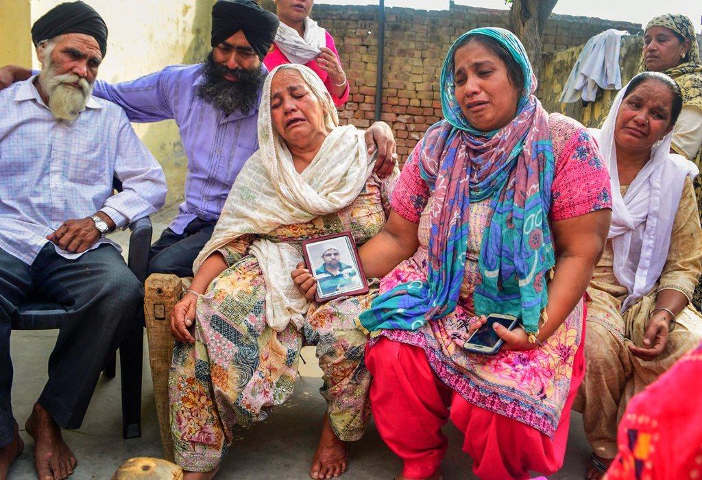 عراق میں مارے گئے 39 ہندوستانیوں میں سے ایک ہندوستانی کے اہل خانہ امرتسر میں ۔ فوٹو : (فوٹو : پی ٹی آئی)