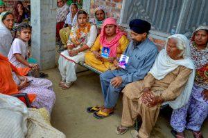عراق میں مارے گئے 39 ہندوستانیوں میں سے ایک ہندوستانی کے رشتہ دار امرتسر میں ۔ فوٹو : (فوٹو : پی ٹی آئی)
