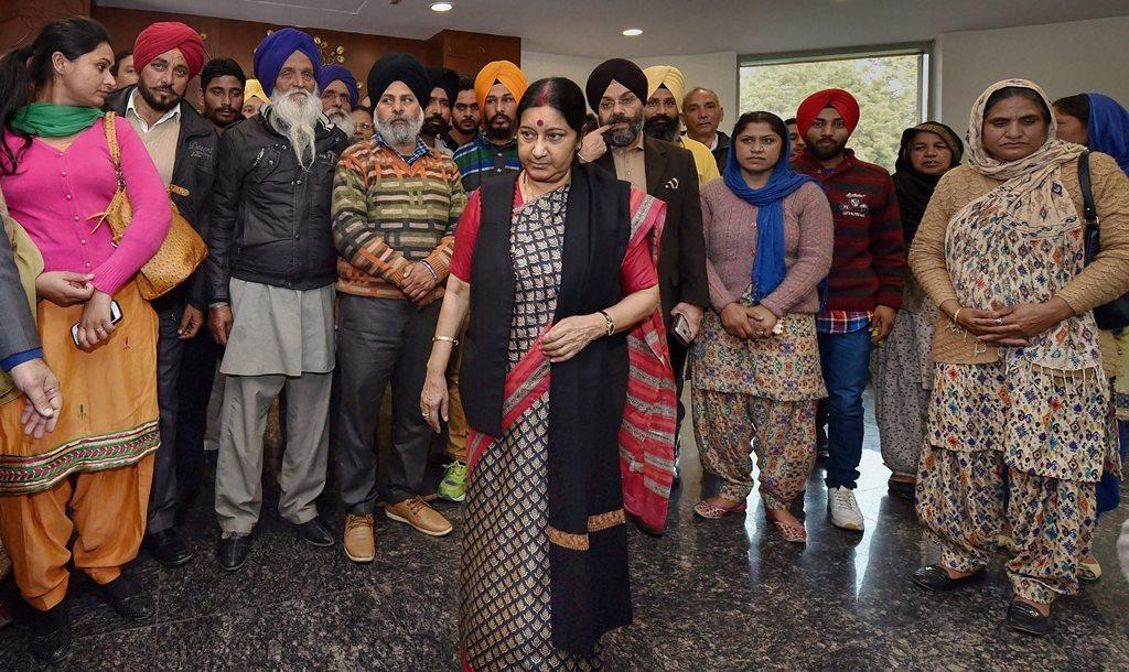 2016 میں 7 فروری عراق میں پھنسے ان 39 ہندوستانیوںکے اہل خانہ سے وزیر خارجہ سشما سوراج نے نئی دہلی کے جواہر لال بھون میں ملاقات کی تھی۔ (فائل فوٹو : پی ٹی آئی)