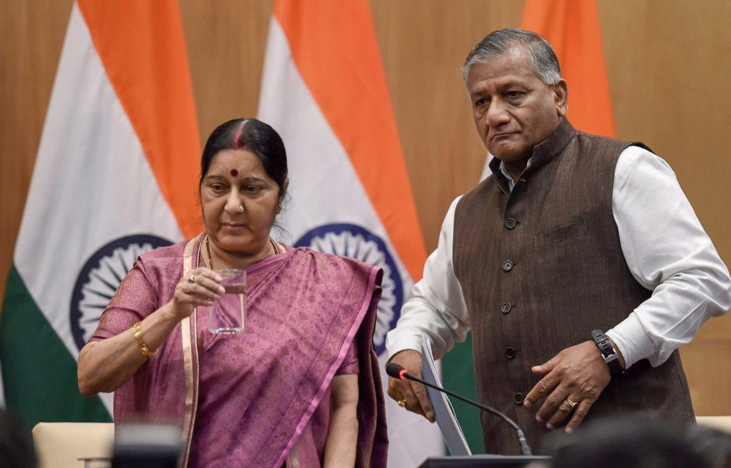 عراق میں مارے گئے 39 ہندوستانیوں کے متعلق نئی دہلی میں ایک پریس کانفرنس کے دوران مرکزی وزیر خارجہ سشما سوراج اور مرکزی وزیر مملکت برائے امورخارجہ وی کے سنگھ۔ (فوٹو : پی ٹی آئی)