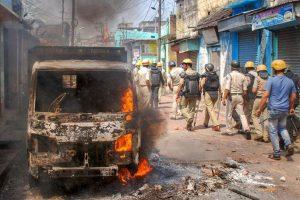 تشدد کے بعد رانی گنج میں گشت کرتے پولیس اہلکار/فوٹو:پی ٹی آئی