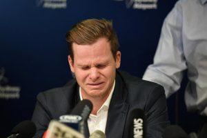 پریس کانفرنس کے دوران روتے ہوئے اسمتھ / فوٹو : رائٹرز