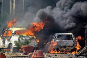 اتر پردیش کے مظفرنگر میں ایس سی / ایس ٹی ایکٹ کو کمزور کرنے کے خلاف سوموار کو بلائے گئے ہندوستان بند کے دوران کئی گاڑیوں کو آگ کے حوالے کر دیا گیا۔ (فوٹو : پی ٹی آئی)
