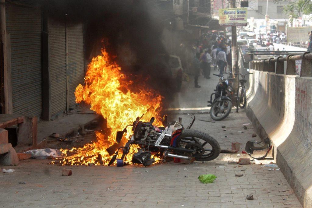 اتر پردیش کے غازی آباد میں ایس سی / ایس ٹی ایکٹ کو کمزور کرنے کے خلاف سوموار کو بھارت بند کے دوران کئی گاڑیاں آگ کے حوالے کی گئیں۔ (فوٹو : پی ٹی آئی)