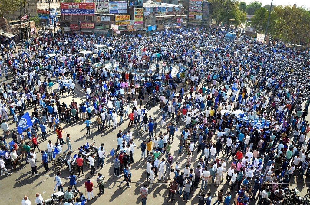 راجستھان کے جودھ پور میں ایس سی / ایس ٹی ایکٹ کو کمزور کرنے کے خلاف سوموار کو بھارت بند کے دوران مظاہرہ کرتے لوگ۔ (فوٹو : پی ٹی آئی)