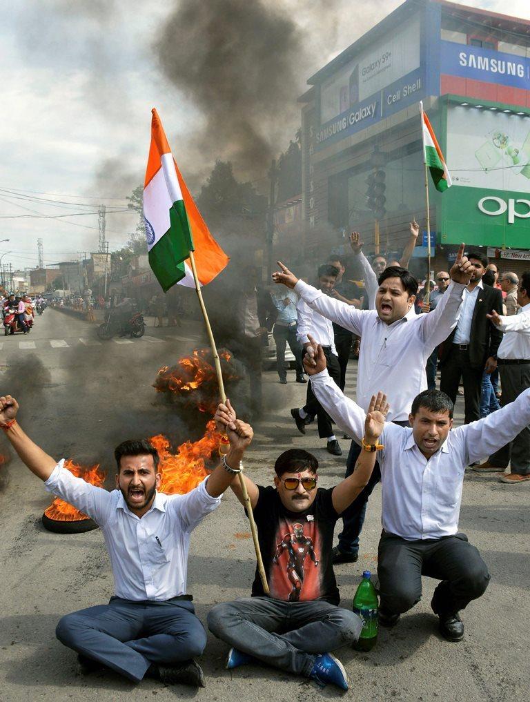 بدھ کو جموں بار ایسوسی ایشن کے ممبروں نے ' جموں بند ' کے دوران ٹائر جلاکر جموں میں مظاہرہ کیا /فوٹو : پی ٹی آئی