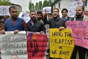 شرینگر میں گزشتہ منگل کو آٹھ سال کی معصوم آصفہ کے لئے انصاف کی مانگ کو لےکر مظاہرہ کیا / فوٹو : پی ٹی آئی