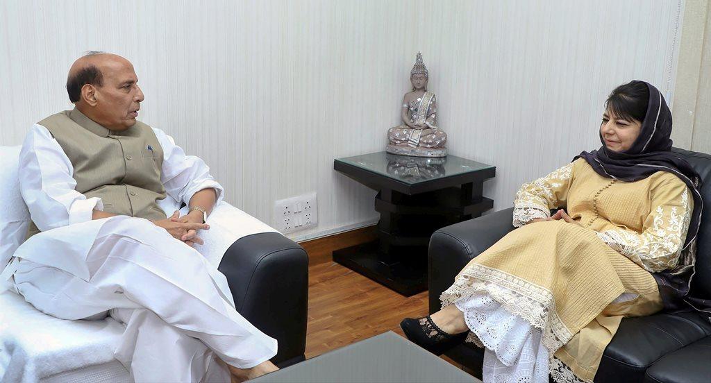 نئی دہلی میں بدھ کو جموں و کشمیر کی وزیراعلی محبوبہ مفتی نے مرکزی وزیر داخلہ راجناتھ سنگھ سے ملاقات کی / فوٹو : پی ٹی آئی
