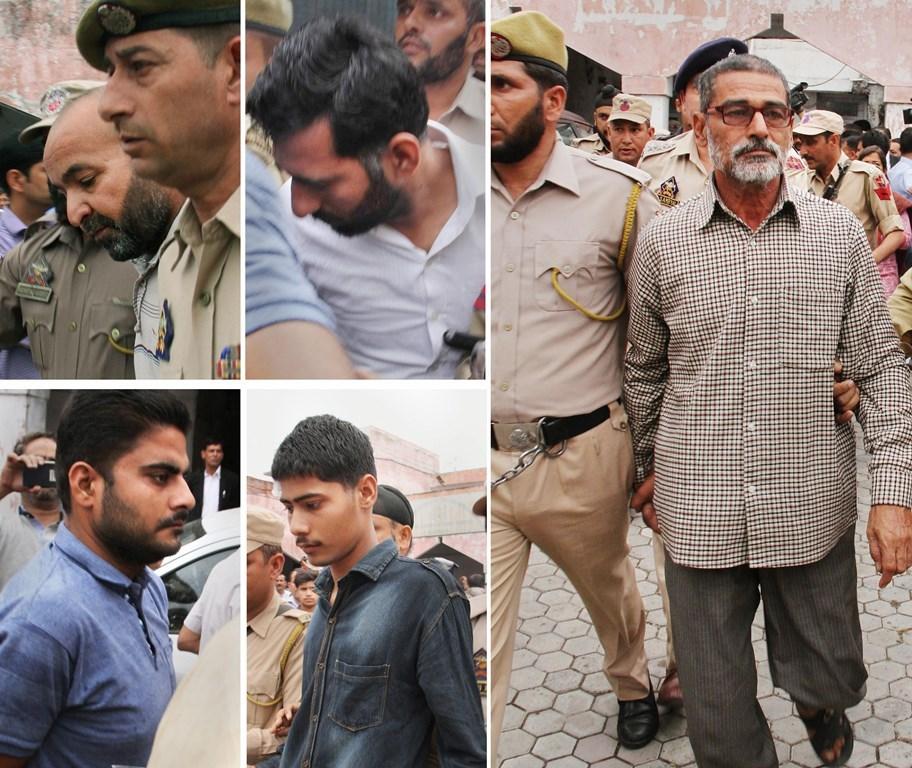 کٹھوا گینگ ریپ اور قتل کے اہم ملزم سانجھی رام (دائیں) اور دوسرے ملزم۔ (فوٹو : پی ٹی آئی)