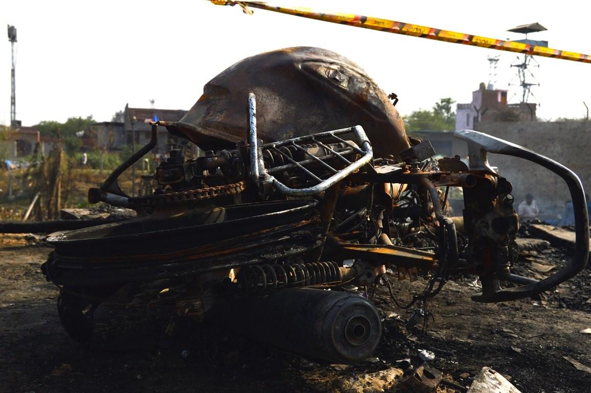 آگ اتنی خوفناک تھی کہ گاڑی تک جلکر راکھ ہو گئی
