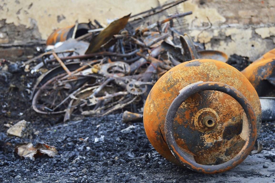 مقامی لوگوں نے بتایا کہ آگ لگنے سے بستی میں 2 گیس سلینڈر بھی پھٹ گئے جس سے اور زیادہ نقصان ہوا