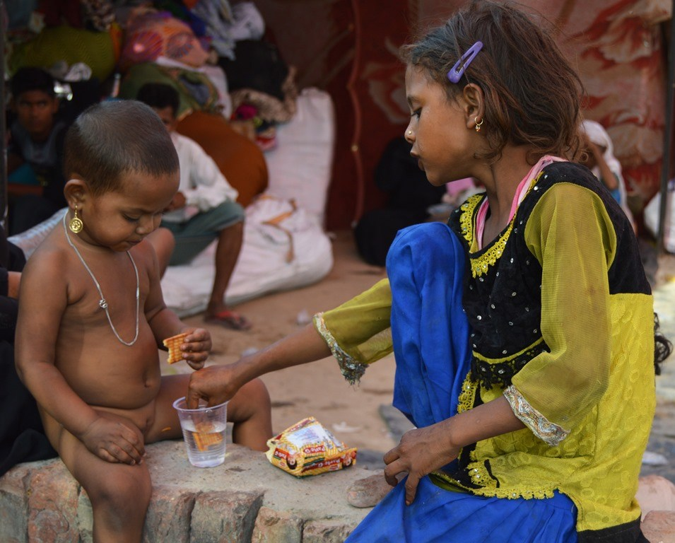 آگ لگنے کے بعد آس پاس کے علاقوں سے لوگوں نے آکر بستی میں کھانےپینے کا سامان بانٹا